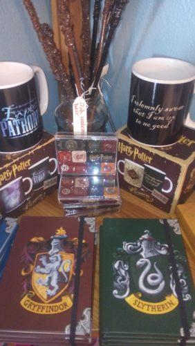 Harry Potter nörd? Vi har muggar, magneter, trollstavar och anteckningsböcker från alla elevhemmen!